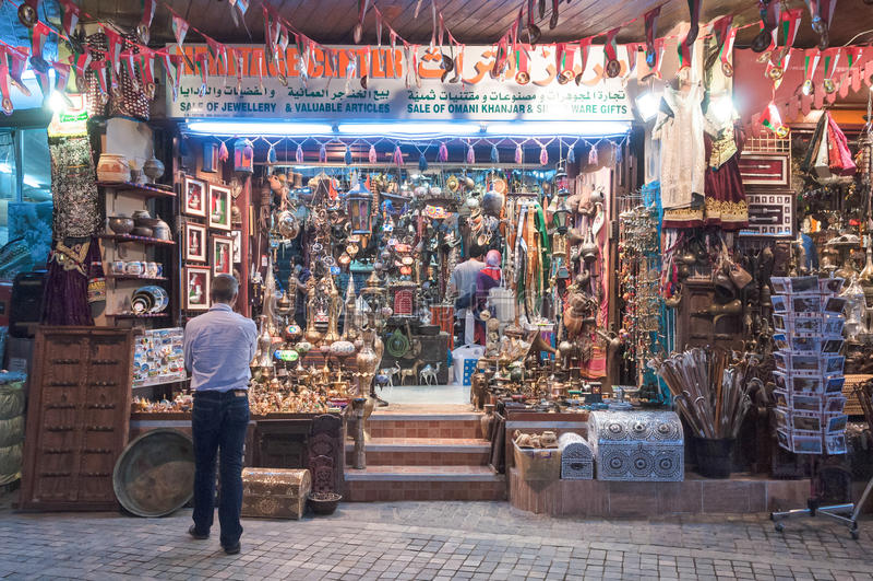 Πωλώντας αναμνηστικά καταστημάτων, σε Mutrah, Muscat, Ομάν, Μέση Ανατολή στοκ φωτογραφία με δικαίωμα ελεύθερης χρήσης