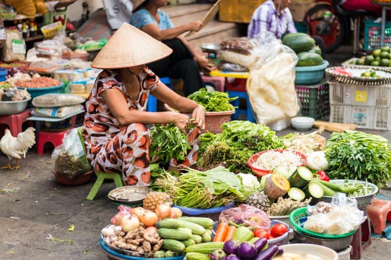 Πωλώντας λαχανικά γυναικών αγοράς στοκ φωτογραφία