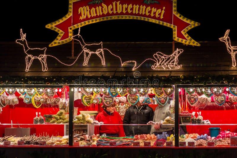Πωλώντας γλυκά Νυρεμβέργη (Νυρεμβέργη), χρόνος Χριστουγέννων της Γερμανίας στοκ εικόνες