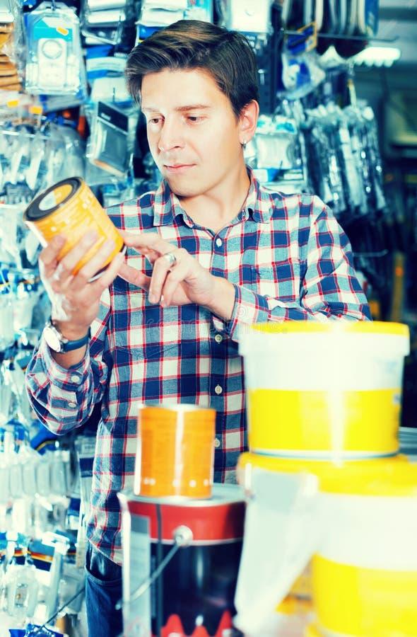Πωλώντας κασσίτεροι εργαζομένων του χρώματος στοκ φωτογραφία με δικαίωμα ελεύθερης χρήσης