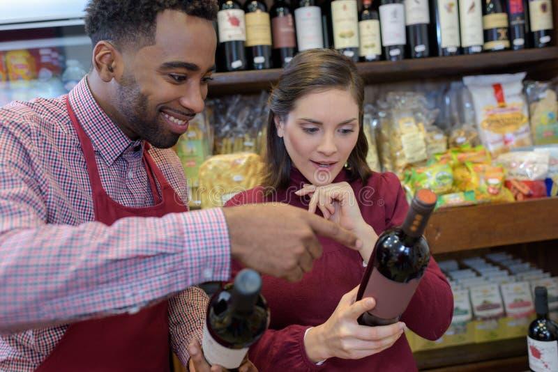 Πωλώντας κρασί ατόμων πορτρέτου κατά τη διάρκεια της δοκιμής κρασιού στοκ εικόνες