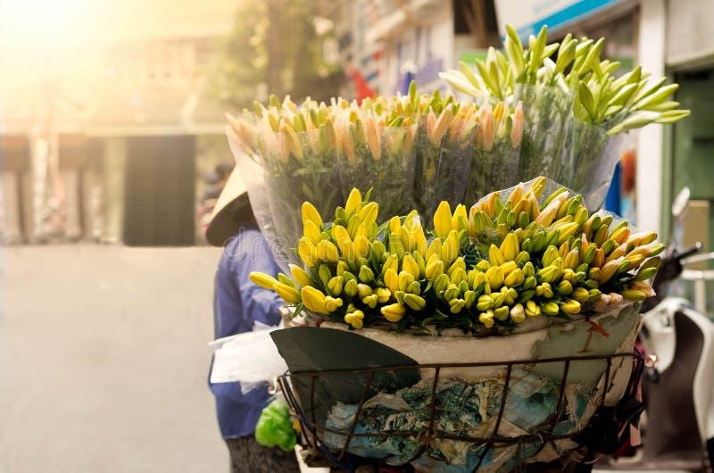 Πωλώντας λουλούδια προμηθευτών ανθοκόμων το πρωί στοκ φωτογραφίες