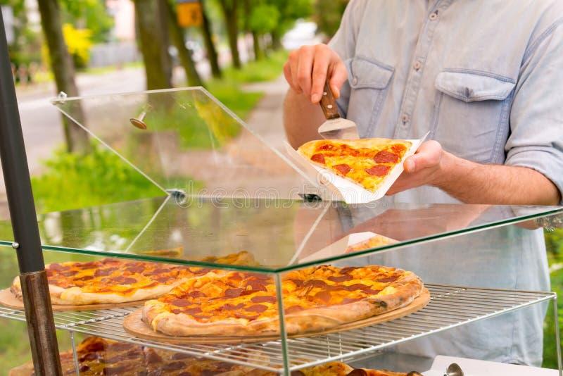 Πωλώντας πίτσα ατόμων από τη φέτα στοκ φωτογραφίες με δικαίωμα ελεύθερης χρήσης