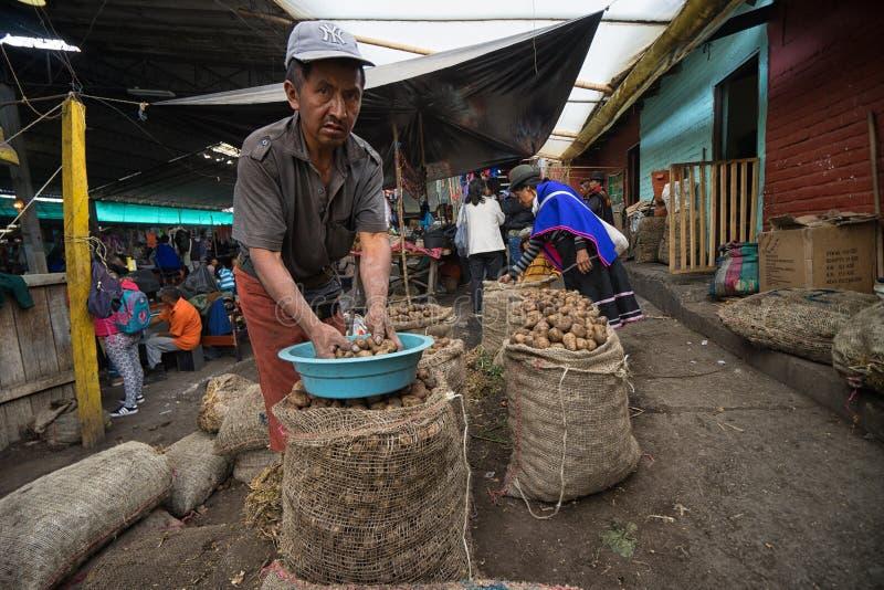 Πωλώντας πατάτες ατόμων στην Κολομβία στοκ φωτογραφία