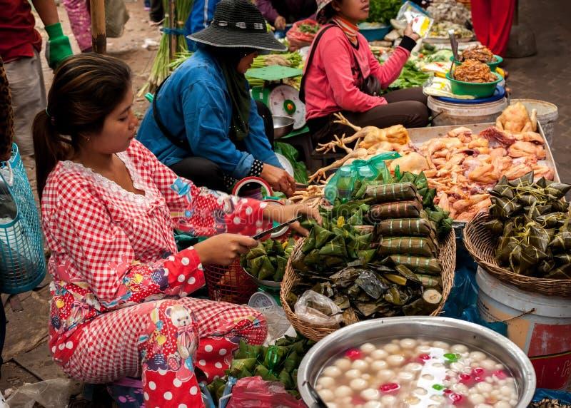 Πωλώντας τρόφιμα γυναικών στην αγορά. Καμπότζη στοκ εικόνες