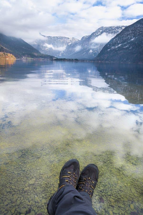 Πόδια ατόμων πέρα από τη λίμνη βουνών στοκ φωτογραφίες