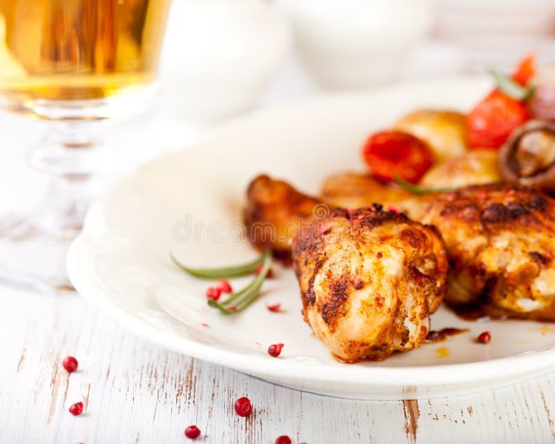 πόδια γυαλιού κοτόπουλου μπύρας που ψήνονται στοκ εικόνες
