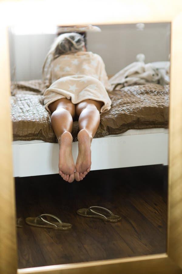 Πόδια γυναίκας στον καθρέφτη που πλαισιώνεται στο χρυσό πλαίσιο στοκ εικόνες