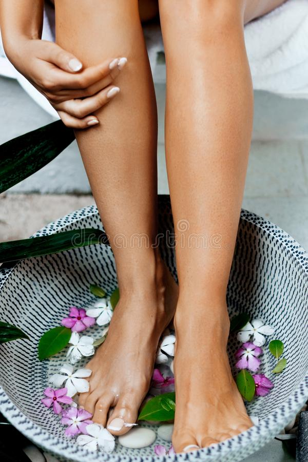 Πόδια γυναικών ομορφιάς στο λουτρό με το ομαλό μαλακό δέρμα μετά από την αφαίρεση τρίχας Epilation λέιζερ στοκ φωτογραφία
