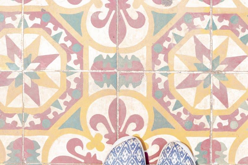 Πόδια γυναικών στα ζωηρόχρωμα κεραμίδια στην ασιατική οδό Ασιατικό πρότυπο εμβλημάτων ταξιδιού με τη θέση κειμένων στοκ εικόνες με δικαίωμα ελεύθερης χρήσης