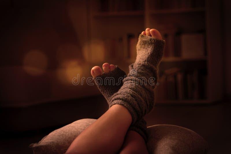 Πόδια γυναικών ` s που βρίσκονται στο pilow στοκ εικόνα