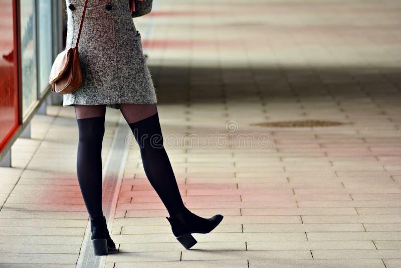 Πόδια γυναικών ` s στα υψηλά τακούνια ανασκόπηση αστική στοκ φωτογραφίες με δικαίωμα ελεύθερης χρήσης