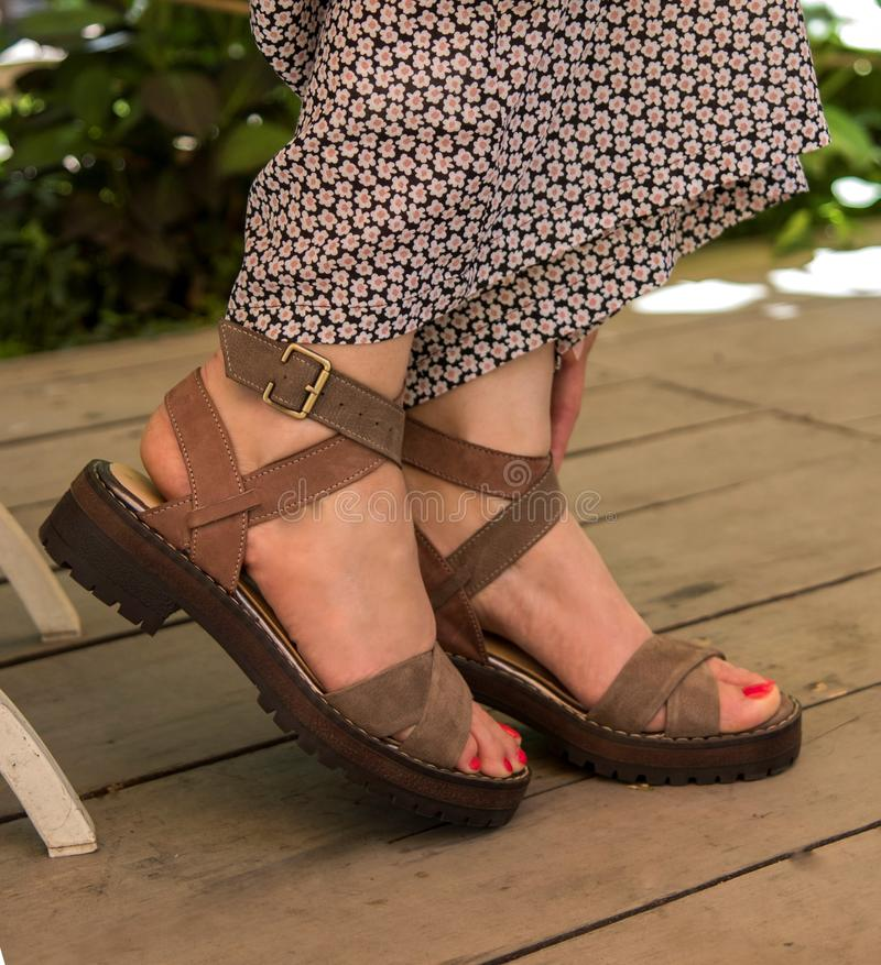 Πόδια θηλυκού στα κλασικά παπούτσια - ταπετσαρίες ομορφιάς/μόδας στοκ εικόνα