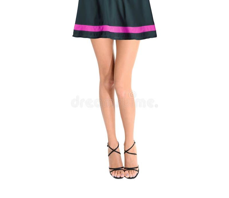 Πόδια και φούστα γυναικών που απομονώνονται σε ένα λευκό στοκ εικόνα με δικαίωμα ελεύθερης χρήσης