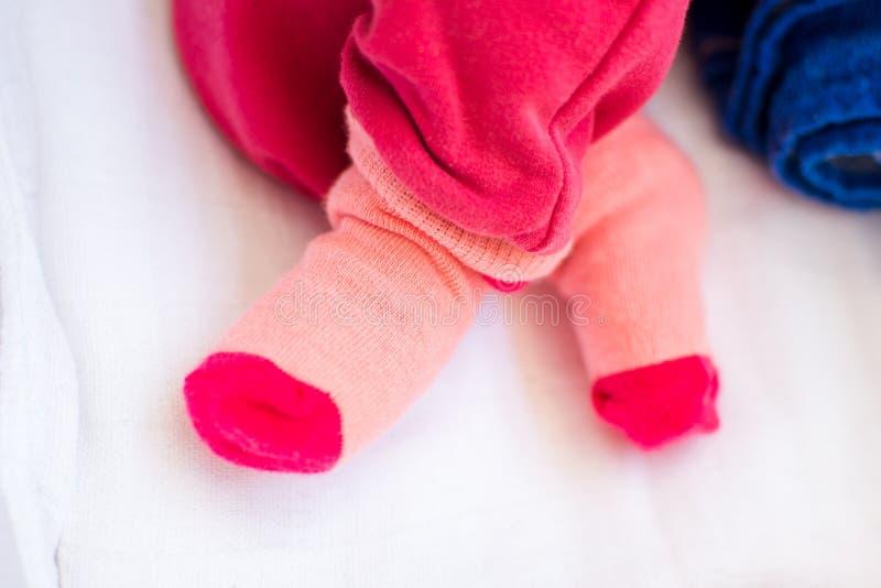 Πόδια κοριτσάκι που φορούν τις χαριτωμένες κάλτσες στοκ φωτογραφίες με δικαίωμα ελεύθερης χρήσης