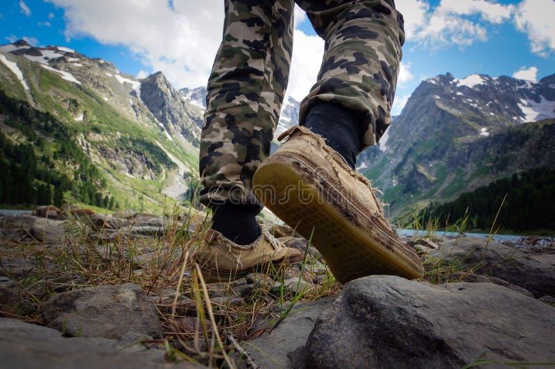 Πόδια μποτών που ο ταξιδιώτης μόνο υπαίθριος στοκ φωτογραφίες
