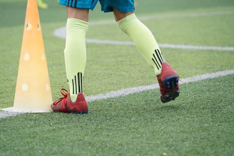 Πόδια παιδιών που ασκούν το τρέξιμο και που κινούνται στο γήπεδο ποδοσφαίρου στοκ εικόνες με δικαίωμα ελεύθερης χρήσης