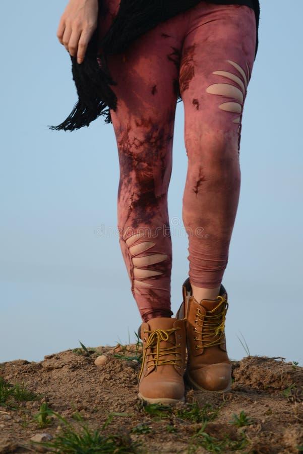 Πόδια στα όμορφα και μοναδικά αποκόπτω? καλσόν, μόδα φεστιβάλ, χρυσή ώρα, θερμό βράδυ στοκ εικόνες
