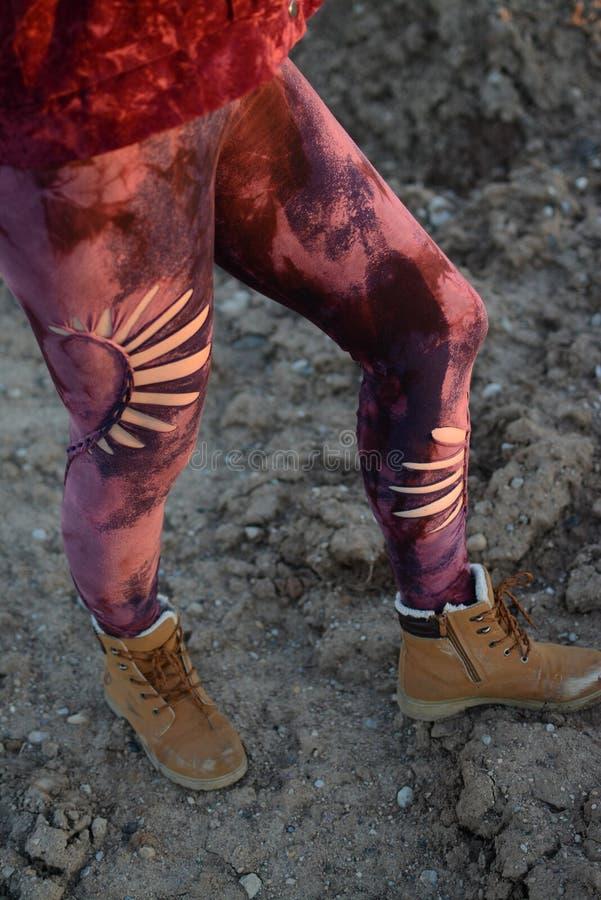 Πόδια στα όμορφα και μοναδικά αποκόπτω? καλσόν, μόδα φεστιβάλ, χρυσή ώρα, θερμό βράδυ στοκ εικόνες με δικαίωμα ελεύθερης χρήσης