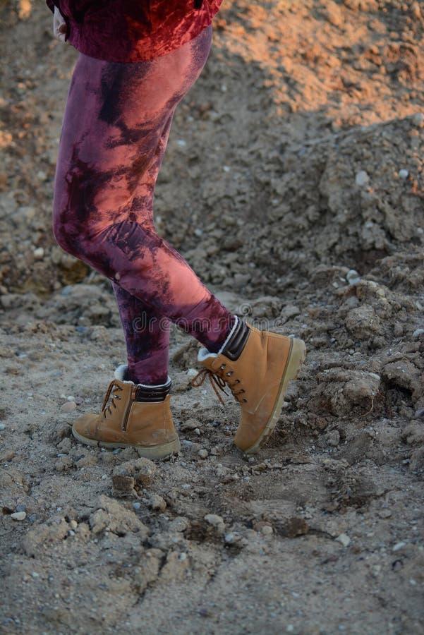 Πόδια στα όμορφα και μοναδικά αποκόπτω? καλσόν, μόδα φεστιβάλ, χρυσή ώρα, θερμό βράδυ στοκ εικόνα με δικαίωμα ελεύθερης χρήσης