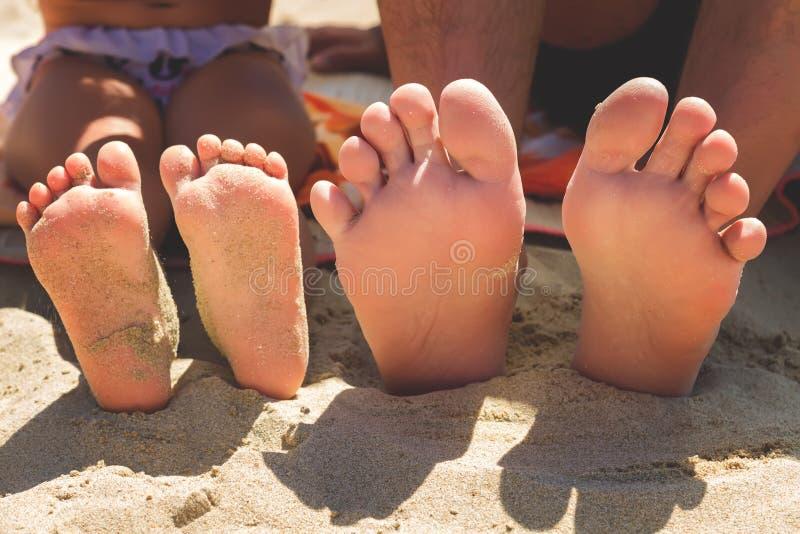 Πόδια στην παραλία τακουνιών άμμου στοκ φωτογραφία με δικαίωμα ελεύθερης χρήσης
