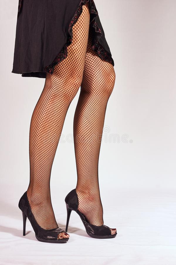 Πόδια στις μαύρες γυναικείες κάλτσες στοκ εικόνες