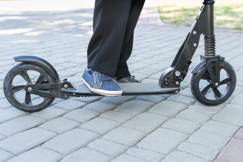 Πόδια στο μηχανικό δίκυκλο λακτίσματος στοκ φωτογραφία με δικαίωμα ελεύθερης χρήσης