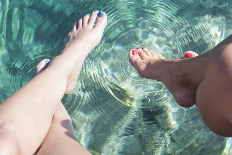 Πόδια σχετικά με το νερό στοκ φωτογραφία με δικαίωμα ελεύθερης χρήσης