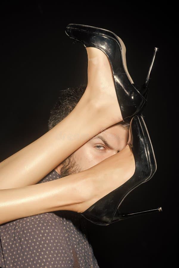 Πόδια της γυναίκας στα παπούτσια στον άνδρα με τη γενειάδα στοκ εικόνα με δικαίωμα ελεύθερης χρήσης