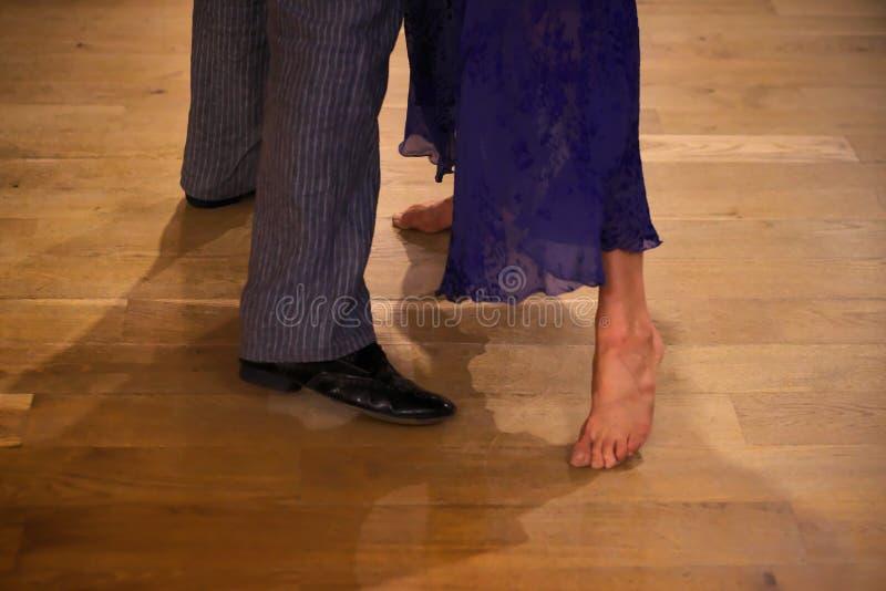 Πόδια του αργεντινού χορευτή τανγκό, που χορεύουν χωρίς παπούτσια στο ξύλινο πάτωμα στοκ εικόνες