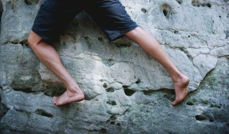 Πόδια του ατόμου που αναρριχείται στο βράχο ψαμμίτη στοκ εικόνα με δικαίωμα ελεύθερης χρήσης