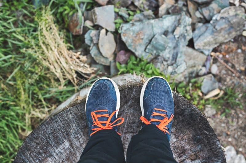 Πόδια του ατόμου πριν από την έναρξη στοκ φωτογραφία