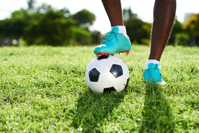 Πόδια του επαγγελματικού ποδοσφαιριστή στοκ εικόνες