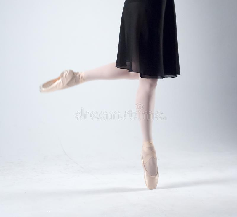 Πόδια του ballerina σε ρόδινο Pointe στοκ εικόνες με δικαίωμα ελεύθερης χρήσης