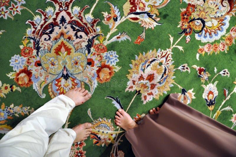 Πόδια Barefeet του άνδρα και της γυναίκας στον περσικό τάπητα στοκ εικόνα