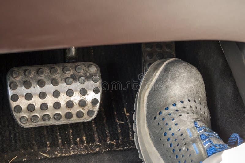 Πόδι σε ένα πιέζοντας acseleration μποτών εργασίας στο αυτοκίνητο στοκ φωτογραφία με δικαίωμα ελεύθερης χρήσης