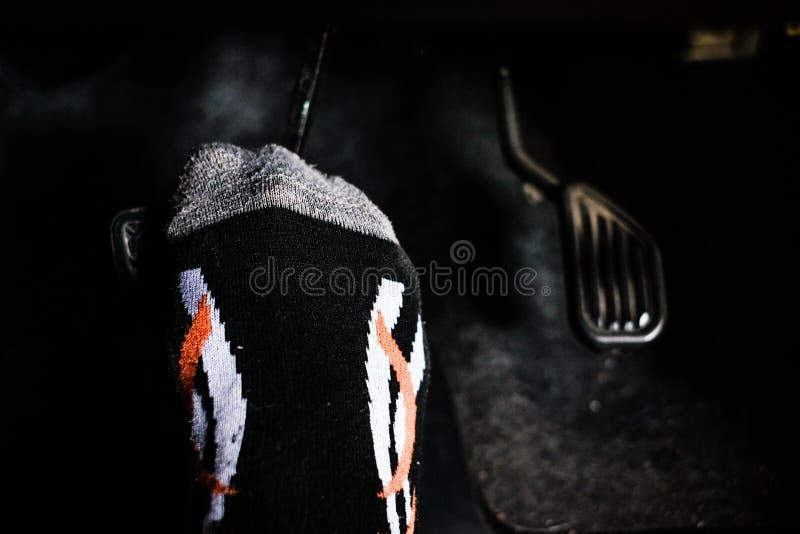 Πόδι του πιέζοντας πενταλιού φρένων οδηγών οδηγώντας στοκ φωτογραφία με δικαίωμα ελεύθερης χρήσης