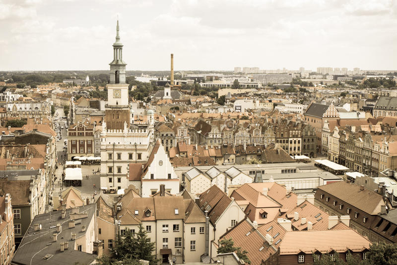 Πόζναν, Πολωνία - 28 Ιουνίου 2016: Εκλεκτής ποιότητας φωτογραφία, Δημαρχείο, παλαιά και σύγχρονα κτήρια στην πόλη Πόζναν στιλβωτι στοκ φωτογραφίες