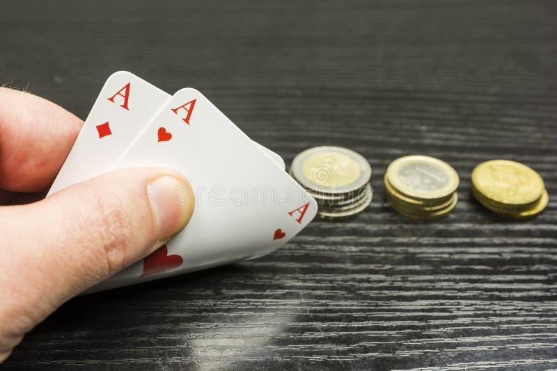 Πόκερ παιχνιδιού - ο φορέας λαμβάνει δύο άσσους στοκ φωτογραφία με δικαίωμα ελεύθερης χρήσης