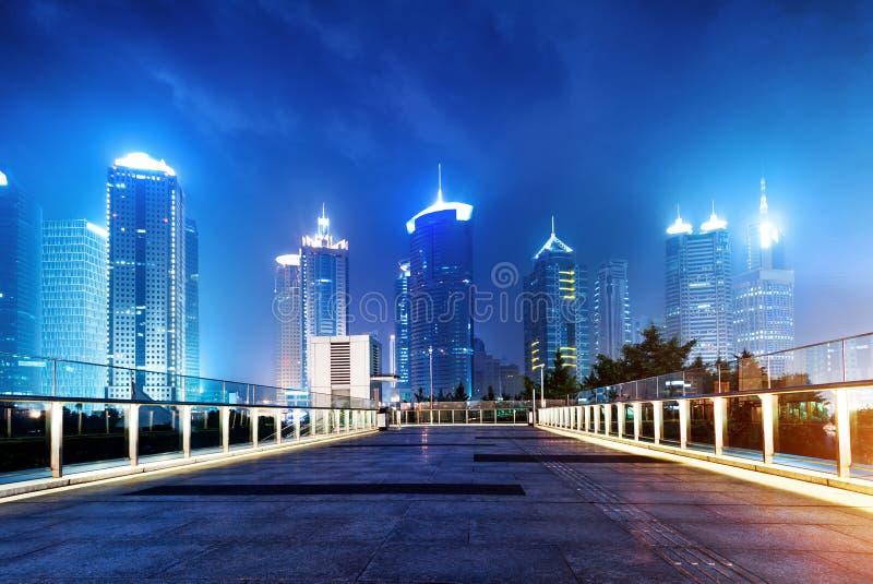 Πόλεις των ουρανοξυστών τη νύχτα στοκ φωτογραφία με δικαίωμα ελεύθερης χρήσης