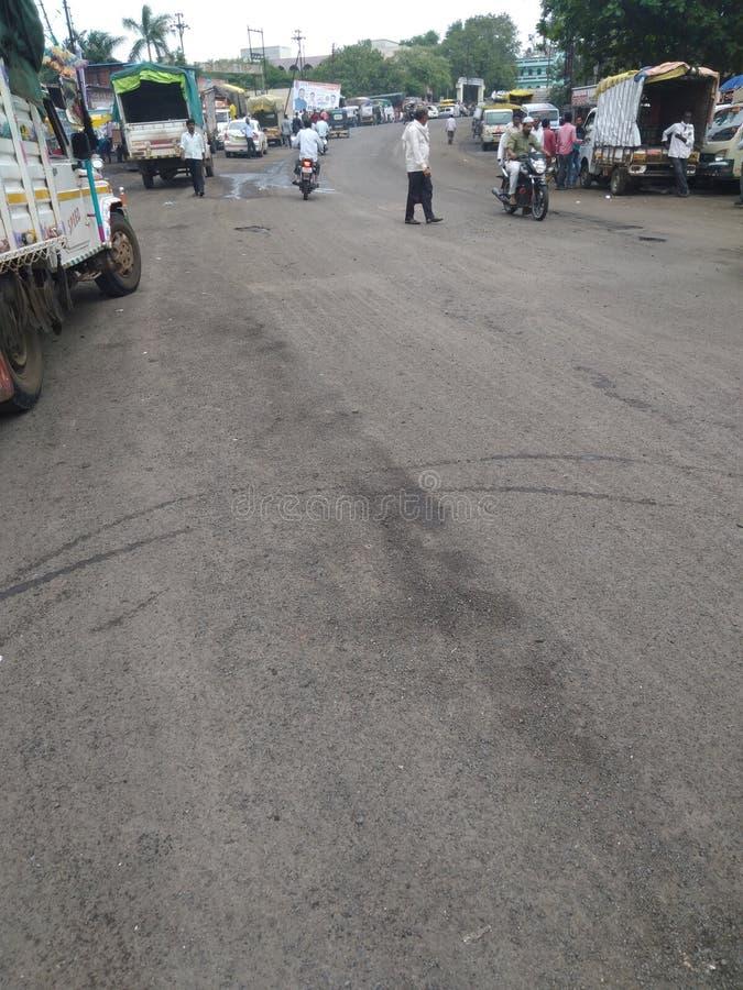 Πόλης δρόμος στους εσωτερικούς δρόμους της Ινδίας που συνδέονται με τους ευρείς δρόμους στοκ εικόνα