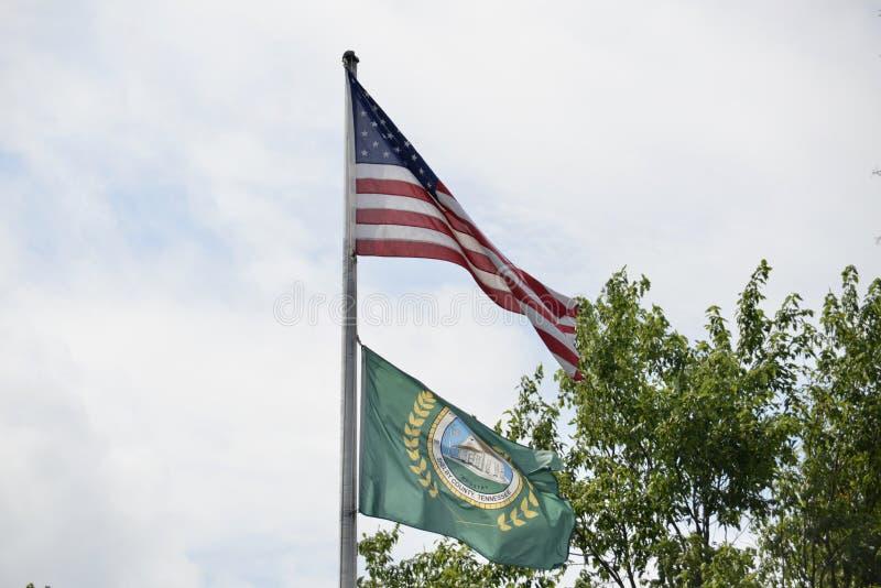 Πόλης σημαία και Ηνωμένη σημαία Άρλινγκτον Τένεσι στοκ εικόνες