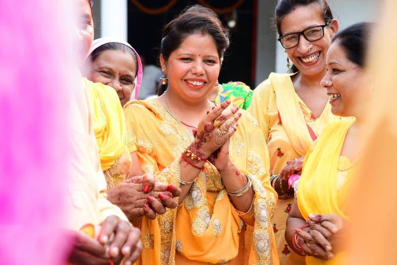 Πόλης puranpur/Ινδία στις 13 Σεπτεμβρίου 2019 τελετουργικά ενός γαμήλιου εορτασμού που απολαμβάνονται από τις κυρίες που τραγουδο στοκ εικόνα με δικαίωμα ελεύθερης χρήσης