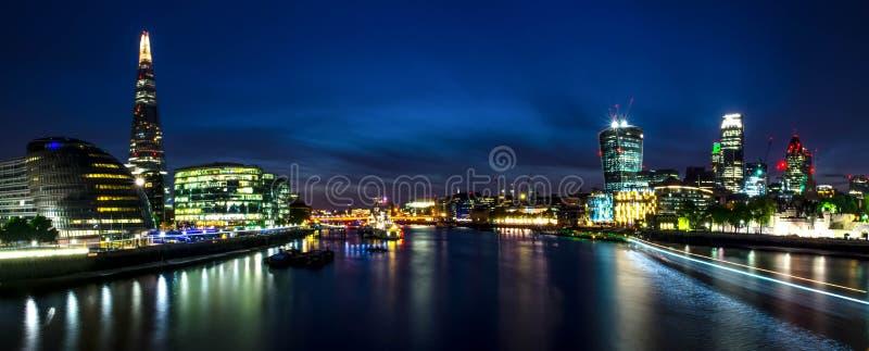 Πόλη/Αγγλία του Λονδίνου: Άποψη σχετικά με τον ορίζοντα και τον ποταμό Τάμεσης κατά τη διάρκεια του λυκόφατος από τη γέφυρα πύργω στοκ εικόνα