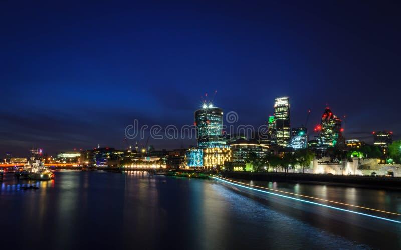 Πόλη/Αγγλία του Λονδίνου: Άποψη σχετικά με τον ορίζοντα και τον ποταμό Τάμεσης κατά τη διάρκεια του λυκόφατος από τη γέφυρα πύργω στοκ εικόνα με δικαίωμα ελεύθερης χρήσης