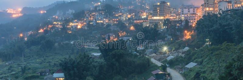 Πόλη βουνών Sapa στο βόρειο Βιετνάμ στο λυκόφως στοκ φωτογραφία με δικαίωμα ελεύθερης χρήσης