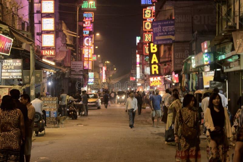 Πόλη βραδιού του Δελχί στην παραδοσιακή οδό με την παλαιά διαφήμιση νέου στοκ φωτογραφία με δικαίωμα ελεύθερης χρήσης