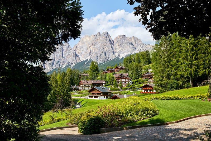 """Πόλη δ """"Ampezzo Cortina στο φως της ημέρας στοκ εικόνα με δικαίωμα ελεύθερης χρήσης"""