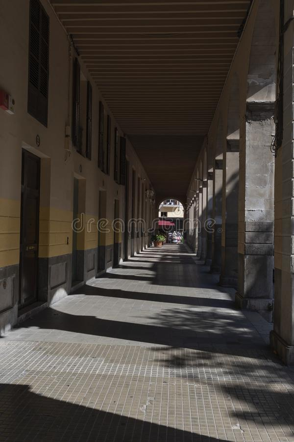 Πόλη και κτήρια της Μαγιόρκα Palma μέσω της σήραγγας των αψίδων στοκ εικόνες