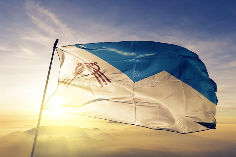 Πόλη και περιοχή Osh oblast του υφαντικού υφάσματος υφασμάτων σημαιών του Κιργιστάν που κυματίζει στη τοπ ομίχλη υδρονέφωσης ανατ διανυσματική απεικόνιση